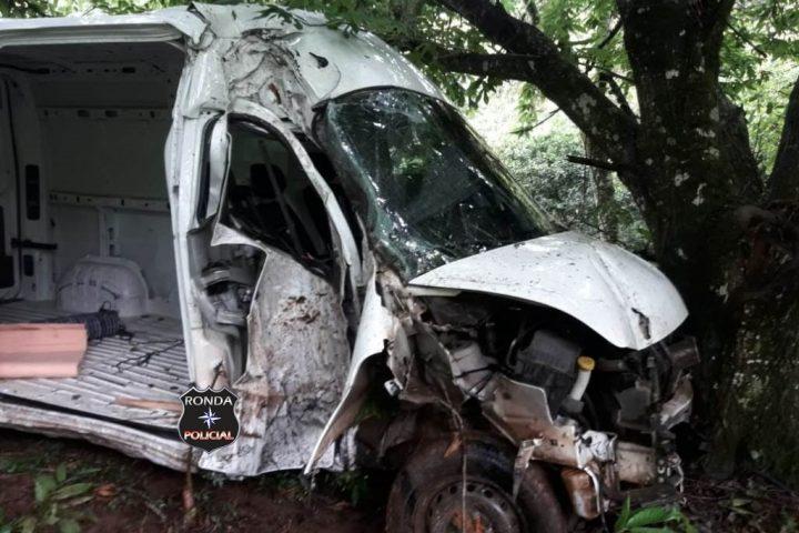 Idoso morre após veículo despencar de ribanceira