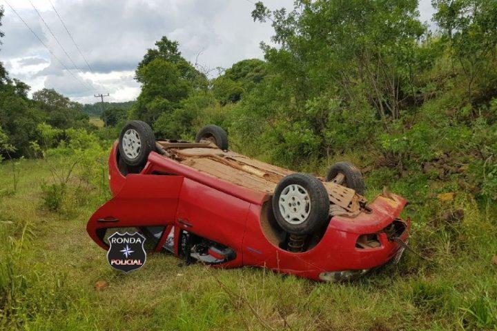 Motorista fica ferido em capotamento de veículo