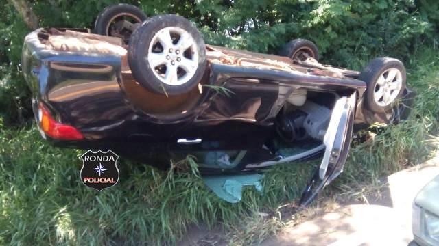 Capotamento deixa motorista ferido