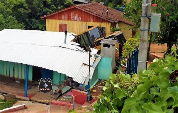 Residência fica destruída ao ser atingida por carregadeira