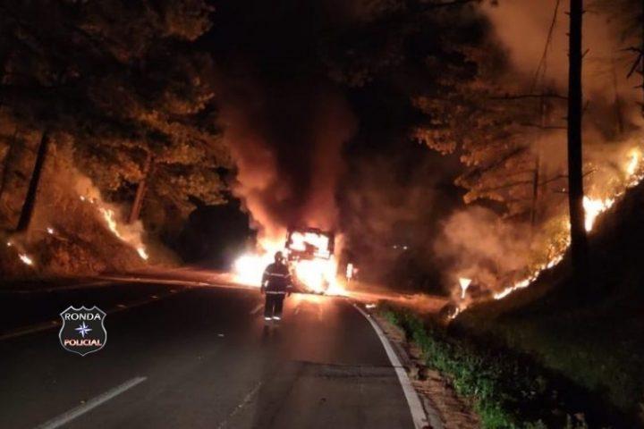 Ônibus é completamente consumido pelo fogo durante a madrugada