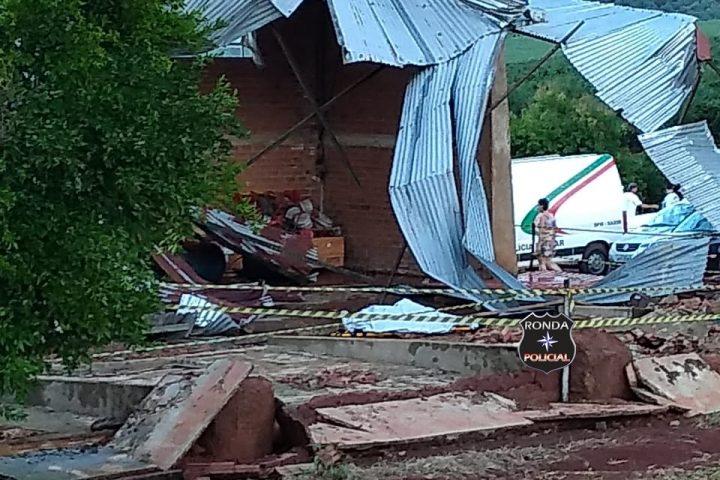 Fotos e Vídeo – Uma pessoa morre e Prefeito fica ferido em queda de barracão no interior de Lajeado Grande