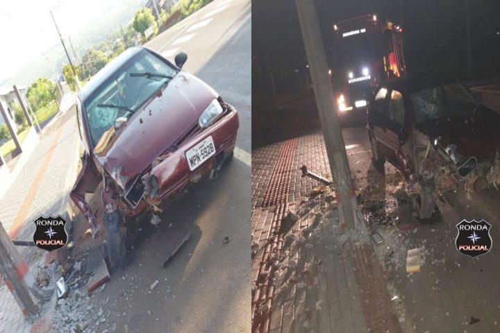 Sem atendimento da PM após mais de 12 horas, internauta relata risco iminente de queda de poste de energia após colisão de carro durante a madruga