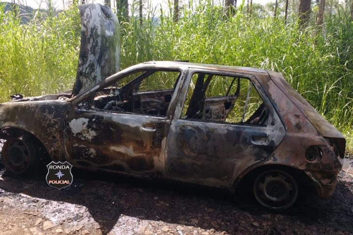 Carro é consumido pelo fogo próximo a ponte do Rio Chapecó