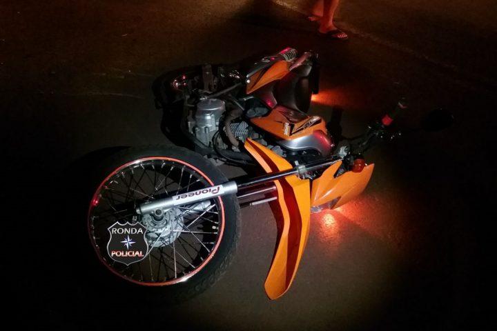Jovem sofre fratura exposta na perna em acidente de moto durante a noite