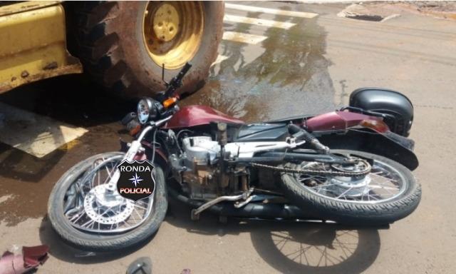 Motociclista que colidiu em retroescavadeira morre no hospital