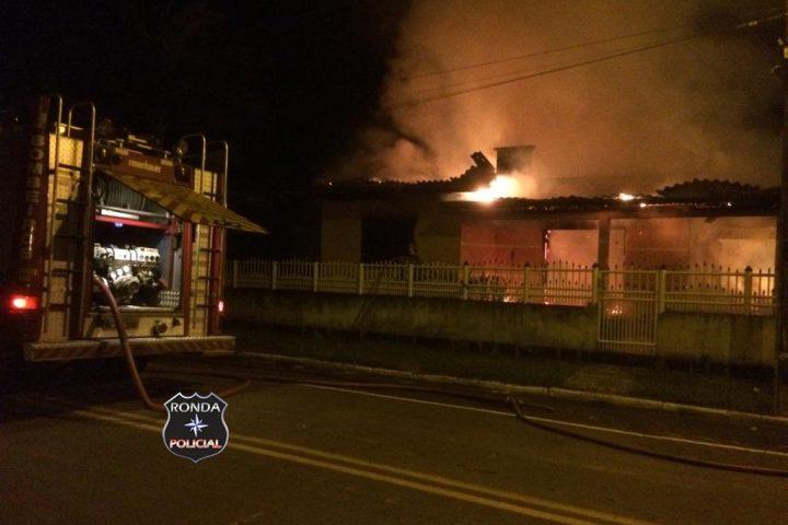 Incêndio consome residência durante a noite