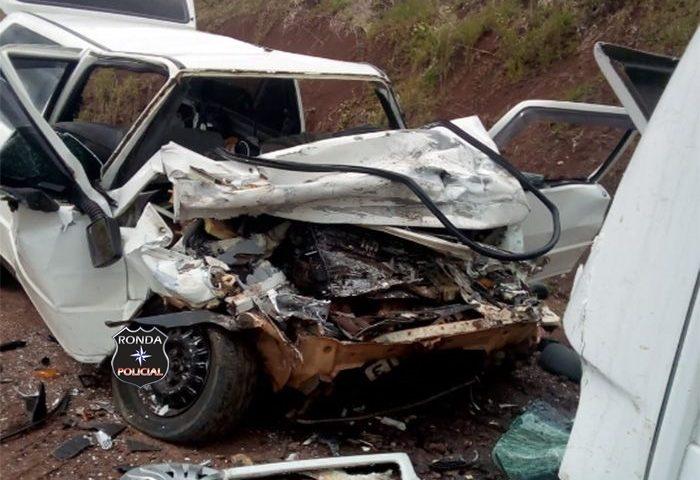 Motorista morre após colidir carro frontalmente com coletivo escolar em comunidade rural
