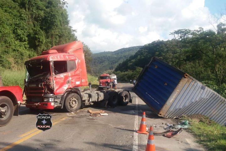 Caminhoneiro do Oeste fica ferido em capotamento de carreta no Vale do Itajaí