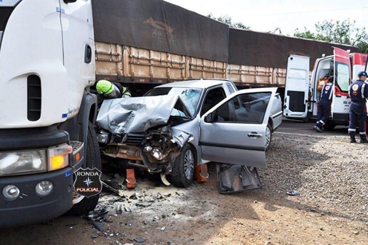 Casal fica ferido em violenta colisão entre Saveiro e carreta