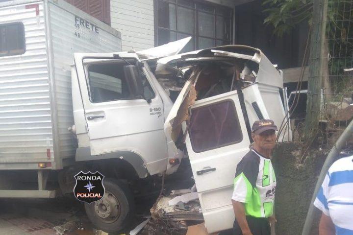 Assista: Uma fração de segundos evita policiais de serem atingidos por caminhão desgovernado no Oeste