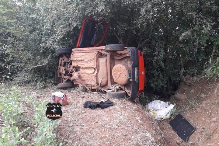 Idoso fica ferido em capotamento de veículo