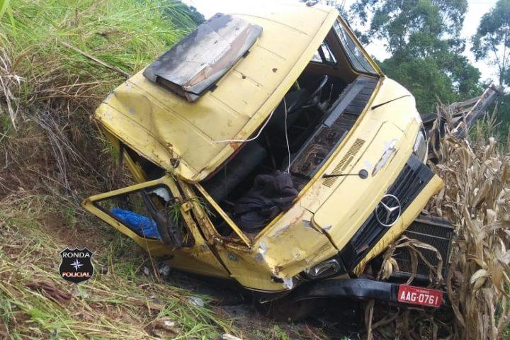 Caminhão despenca em ribanceira e três pessoas ficam feridas