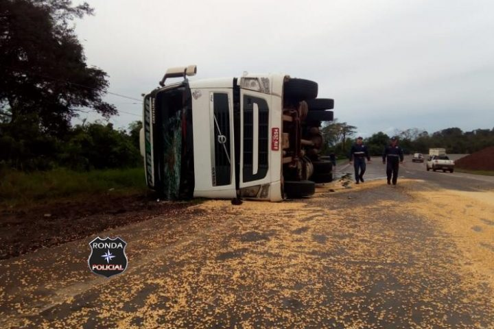 Carreta de compensados tomba e atinge carreta catarinense no Paraná