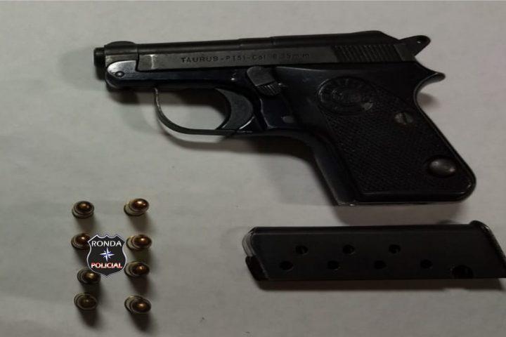 Homem é preso em flagrante de posse de pistola após ameaçar a esposa em Ipuaçu