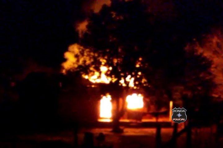 Fotos e vídeo: Incêndio consome residência no interior de Ipuaçu