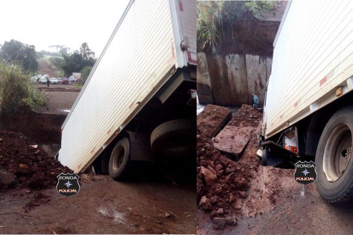 Caminhão cai de ponte após estrutura ceder e deixa duas pessoas feridas