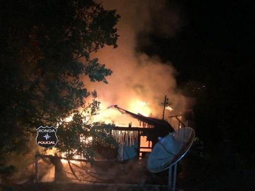 Residência é destruída pelas chamas durante a noite