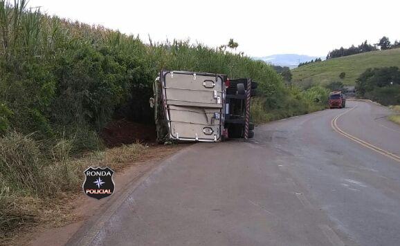 Caminhão de frutas tomba e deixa trânsito lento na SC-160