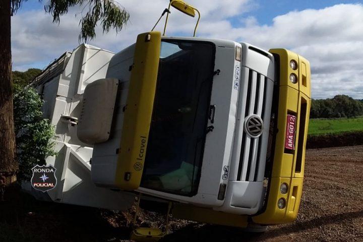 Caminhão tomba em estrada rural de Ipuaçu