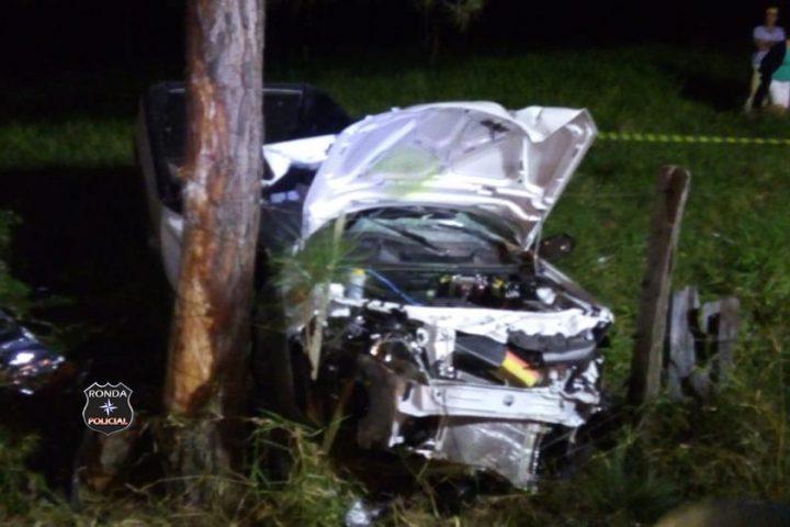 Motorista morre após colidir pick-up em árvore no início da noite