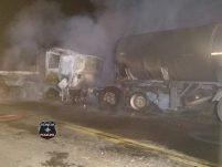 Carretas incendeiam após colisão frontal no início da noite