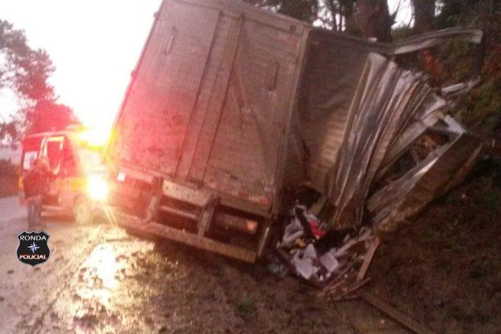 Jovem morre em grave acidente com carreta do Oeste no Vale do Itajaí