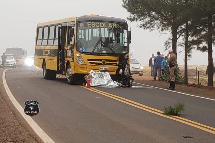 Jovem morre em colisão frontal com ônibus escolar no início da manhã