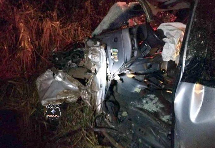 Motorista fica gravemente ferido em colisão frontal de camionete e caminhão