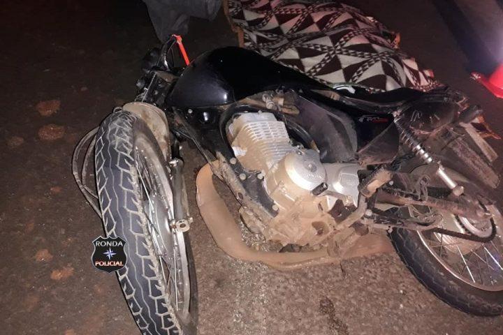 Motociclista morre após violenta colisão com camionete durante a noite