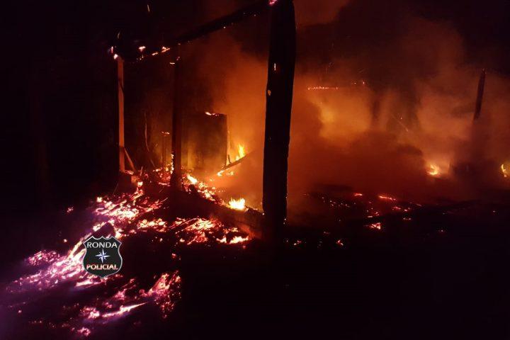 Incêndio em marcenaria é registrado durante a noite em comunidade rural