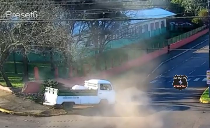 Três pessoas ficam feridas após Kombi desgovernada atingir muro de escola