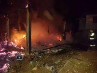 Bombeiros combatem incêndio durante a madrugada em Marema