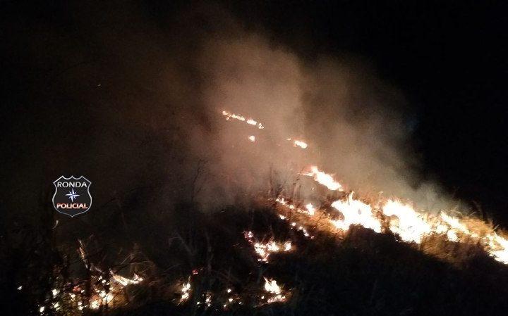 Corpo de Bombeiros realiza combate a incêndio em Vegetação
