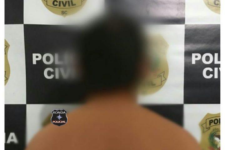 Homem é preso após assediar criança de 11 anos enquanto esperava transporte escolar