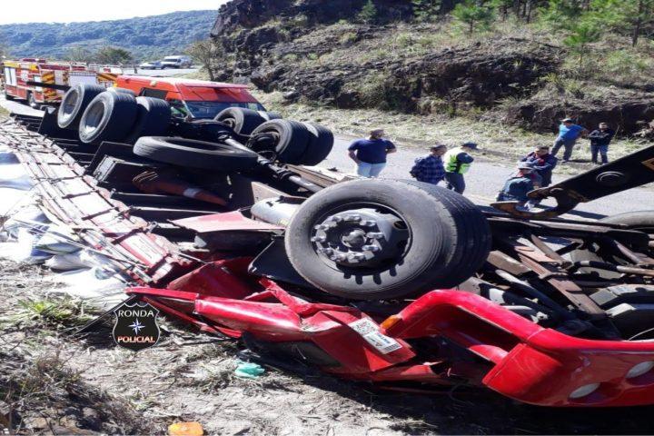 Quatro pessoas ficam feridas em capotamento de caminhão no Oeste