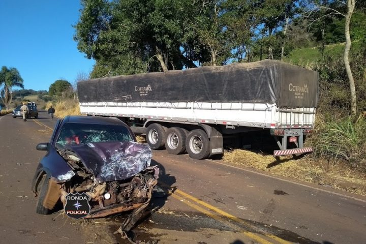 Duas pessoas ficam feridas em violenta colisão entre carro e carreta na SC-480