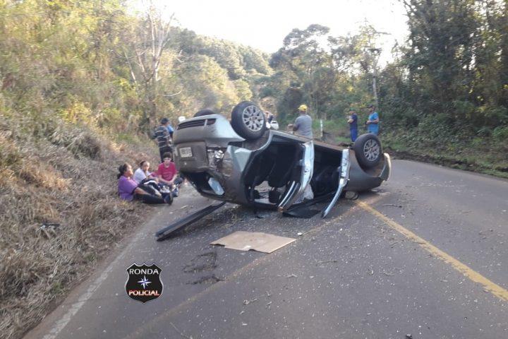 Quatro pessoas ficam feridas em capotamento de veículo