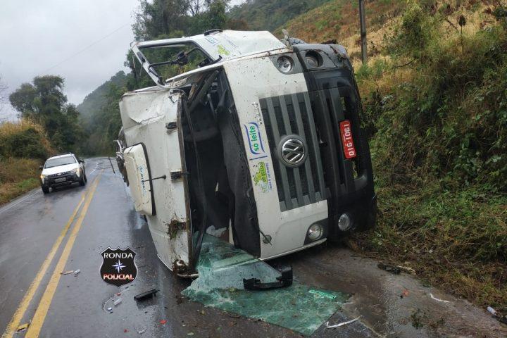 Caminhão tomba sobre carro e deixa três pessoas feridas na SC-155