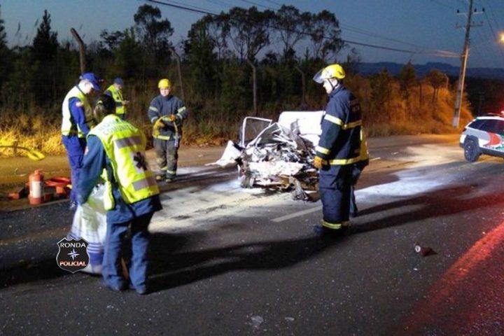 Duas pessoas morrem em colisão frontal entre carro e caminhão de gases industriais e hospitalares durante a madrugada