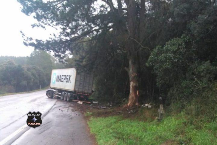 Caminhoneiro de Xaxim fica ferido após colidir carreta em árvores a margem da 470