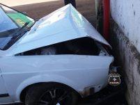 Condutor perde controle da direção e colide veículo contra armazém de grãos