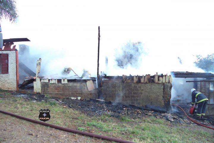 Bombeiros atuam por mais de uma hora para controlar incêndio em residência em comunidade rural