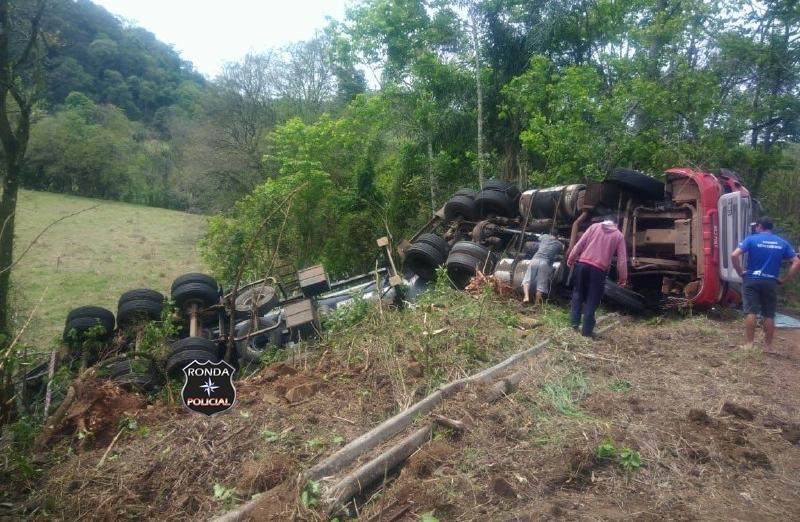 Caminhoneiro fica ferido em capotamento de carreta na SC-155