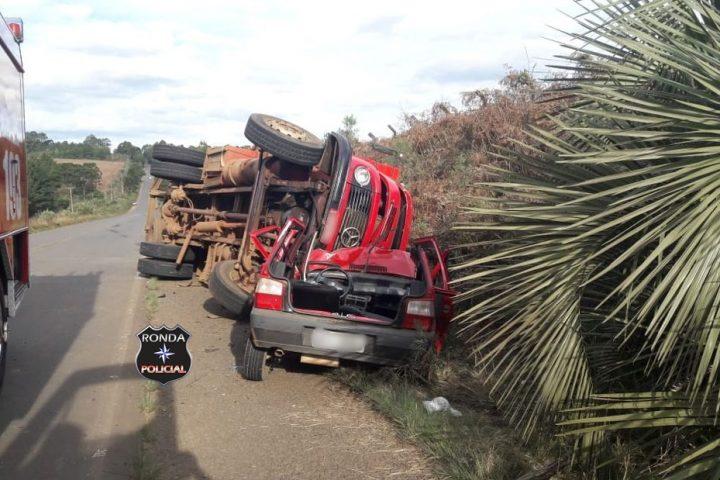 Caminhão tomba sobre carro e três pessoas ficam presas às ferragens