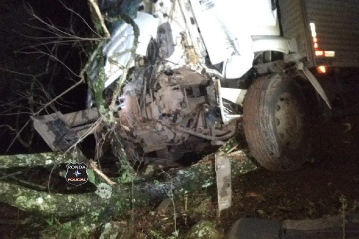 Caminhoneiro fica ferido ao despencar com veículo em ribanceira