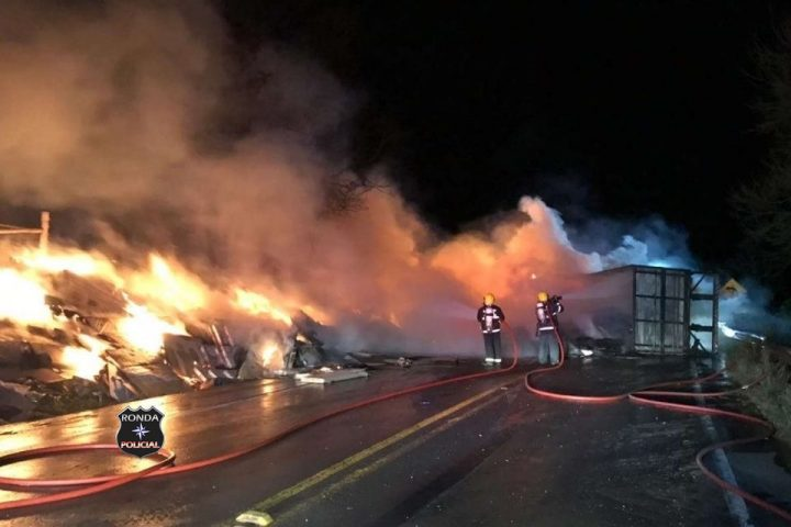 Carreta incendeia ao tombar e deixa rodovia bloqueada no Oeste