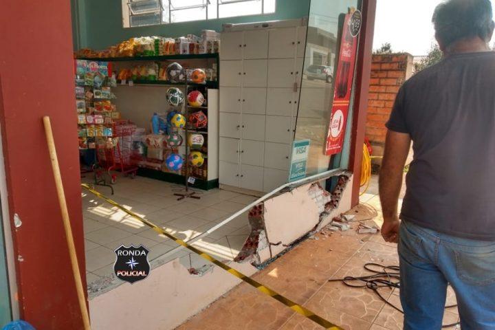 Carro desgovernado invade supermercado e deixa uma pessoa ferida