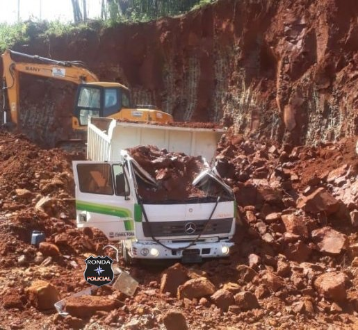 Homem escapa da morte momentos antes de desmoronamento de rochas