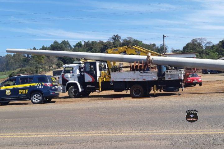 PRF flagra caminhão transportando poste com mais de 8 metros de excesso na região Oeste